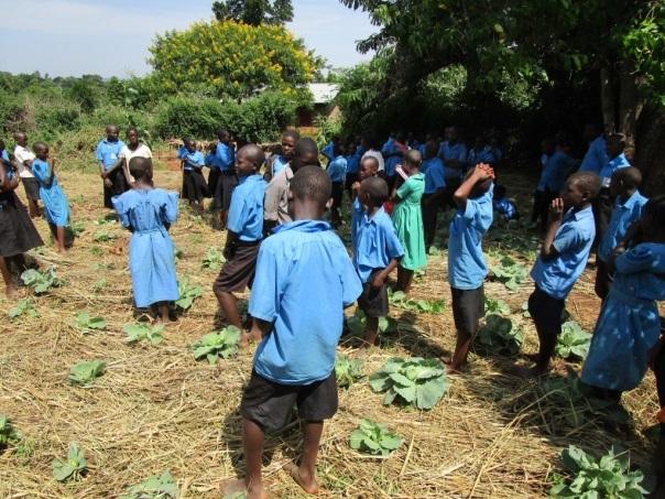 Oeganda, URDT: trotse leerlingen bij de kolen van het school garden project